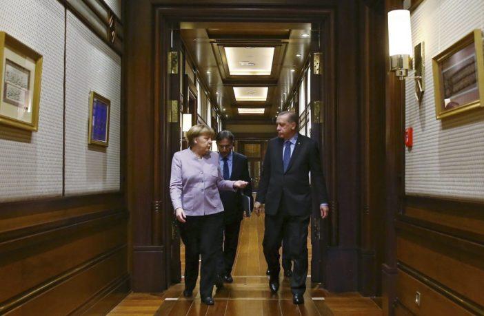 Ο Ερντογάν έχει στο χέρι την Μέρκελ και την εκβιάζει λόγω προσφυγικού