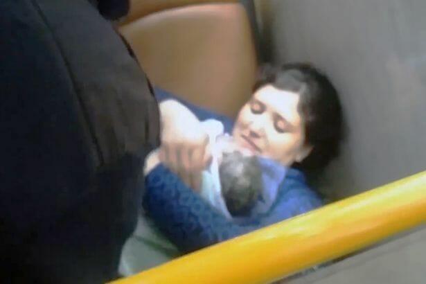 Νεαρή γυναίκα γέννησε σε λεωφορείο – Την βοήθησαν αστυνομικοί (συγκλονιστικό βίντεο)