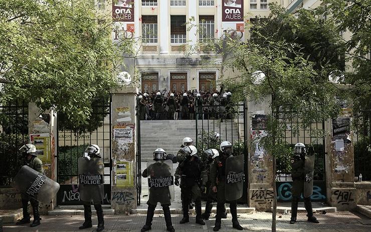 ΑΣΟΕΕ: Αστυνομικός τράβηξε το όπλο του στο προαύλιο του Πανεπιστημίου (vid)