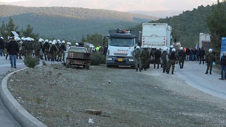 Έκρυθμη η κατάσταση σε Χίο και Λέσβο – Έστησαν οδοφράγματα οι κάτοικοι- Επίθεση των ΜΑΤ με χημικά (vid)