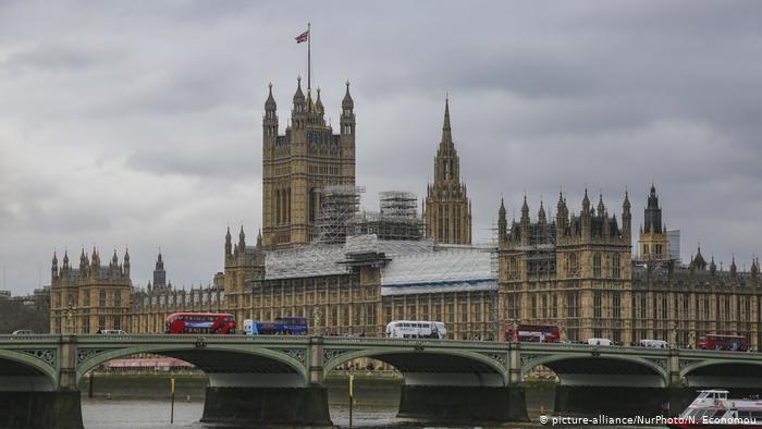 Τα κρούσματα αυξάνονται, τα μέτρα μένουν στην Βρετανία