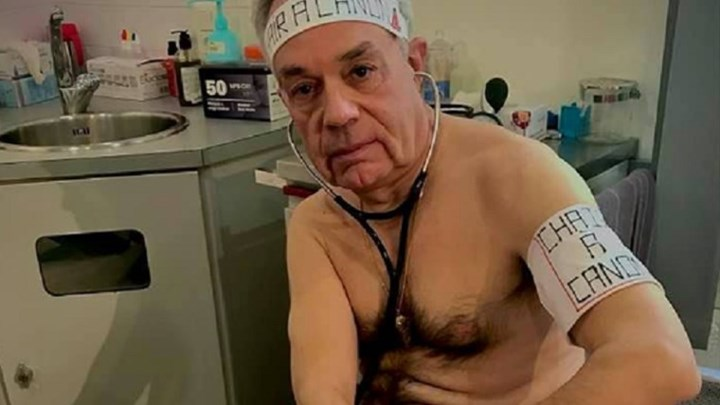 Γιατρός στη Γαλλία πόζαρε γυμνός – Δείτε για ποιο λόγο