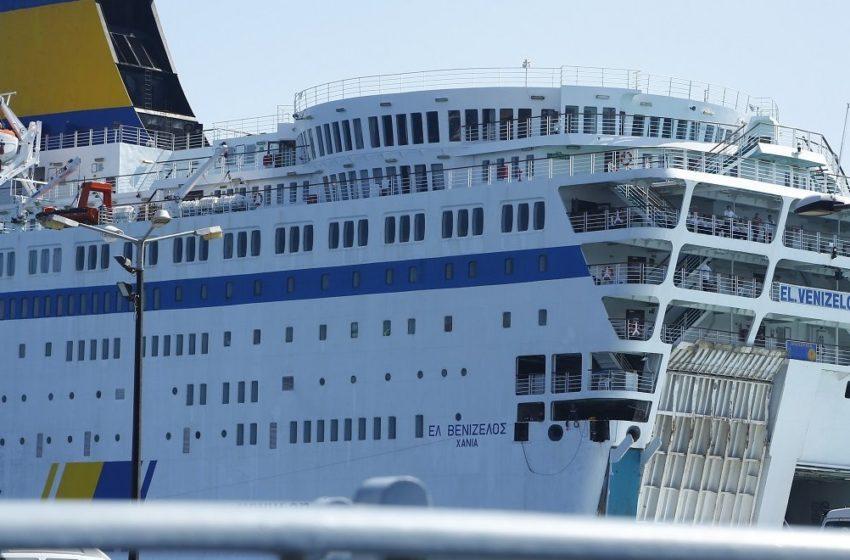 """Έξω από το λιμάνι του Πειραιά το """"Ελευθέριος Βενιζέλος"""" με 20 κρούσματα"""