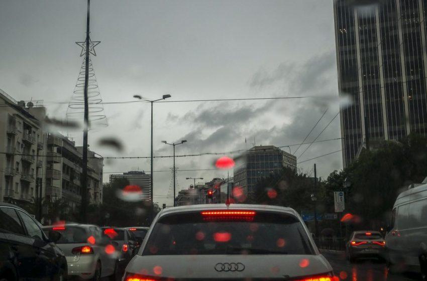 """""""Κόλαση"""" στους δρόμους λόγω βροχής"""