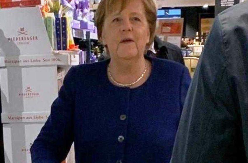 Θύελλα σχολίων στη Γερμανία: Η Μέρκελ στο σούπερ μάρκετ χωρίς μέτρα προστασίας- Αγόρασε κρασί και…χαρτιά υγείας (εικόνες)!