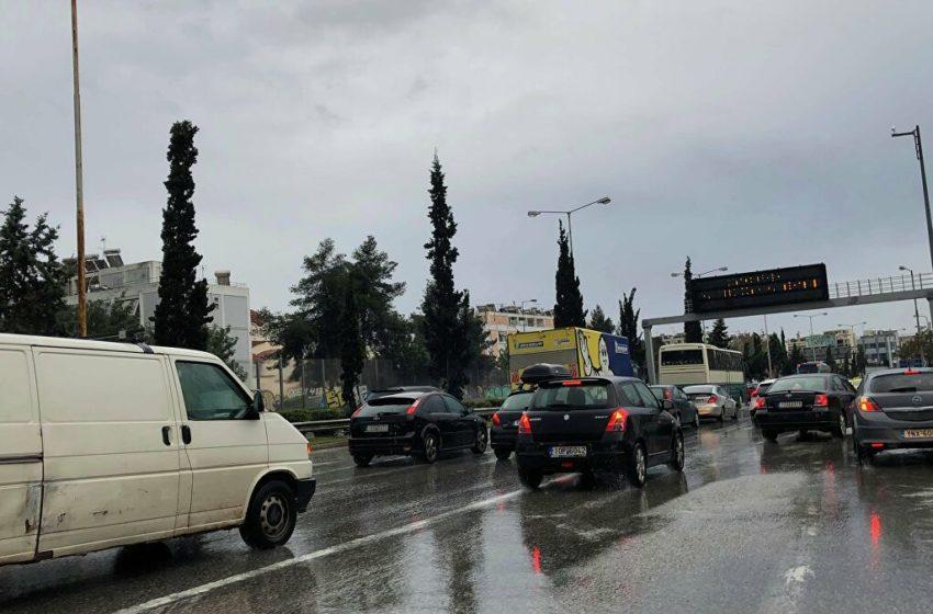 Aπαγόρευση κυκλοφορίας: Μπλόκο της τροχαίας για έγγραφα – Μποτιλιάρισμα στην άνοδο του Κηφισού (vid)