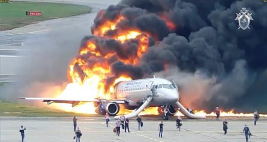 Σοκαριστικό βίντεο από την τραγωδία με τους 41 νεκρούς στο αεροπλάνο που τυλίχθηκε στις φλόγες