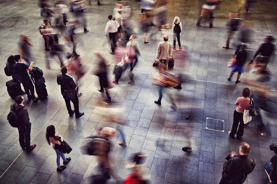 Αυτή η εικόνα δεν έχει ιδιότητα alt. Το όνομα του αρχείου είναι ey-blurred-motion-of-people-walking-at-railroad-station.jpg