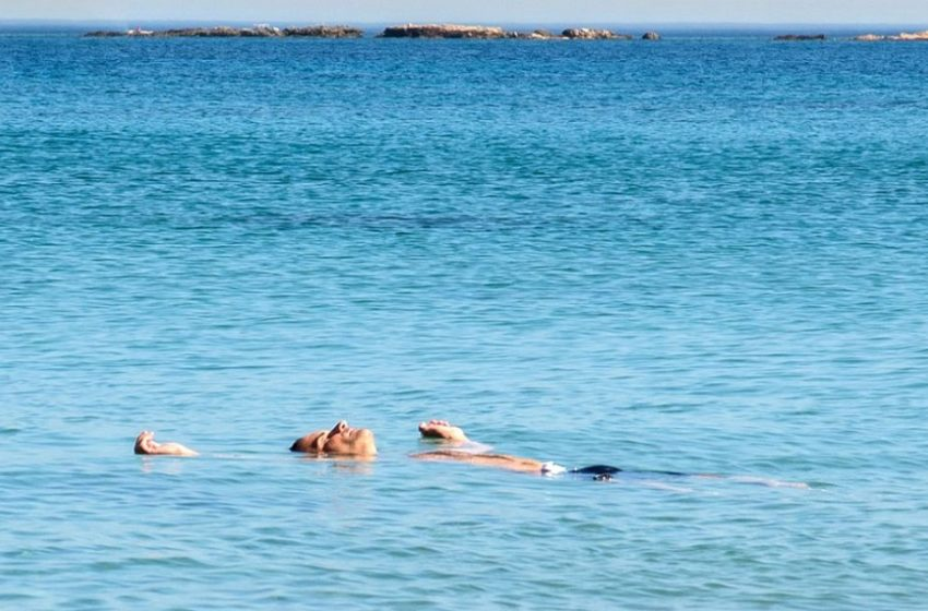 """Τι θα γίνει φέτος με τα μπάνια του """"λαού""""; Οι ειδικοί… περιγράφουν πώς θα είναι οι παραλίες"""