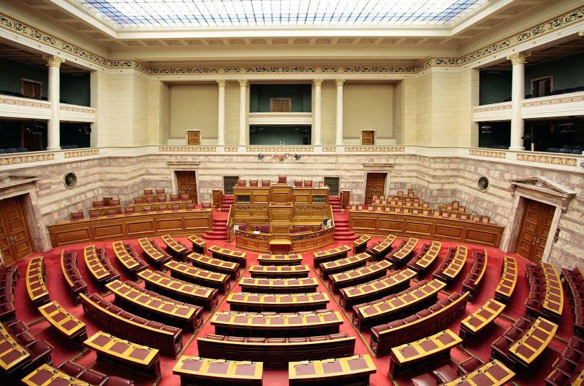 Σφοδρή πολιτική σύγκρουση στη Βουλή για σκάνδαλα, πρόωρες κάλπες, και οικονομική ύφεση