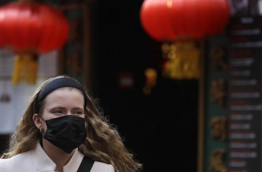 Ζορίζεται η Αυστρία: Yποχρεωτική η μάσκα σε σουπερμάρκετ, τράπεζες, ταχυδρομεία