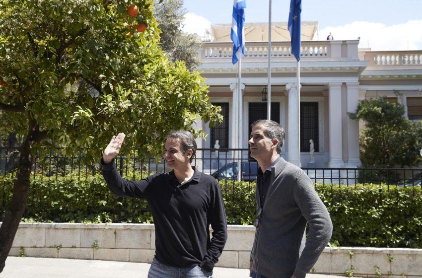 Καυστικό σχόλιο ΣΥΡΙΖΑ για τον συνωστισμό παρουσία Μητσοτάκη έξω από το Μαξίμου χωρίς μέτρα προστασίας