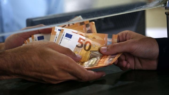 Αυξάνονται οι δικαιούχοι των 800 ευρώ – Σε ποιους θα χορηγηθεί