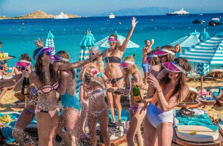 """Handelsblatt: """"Λουκέτο"""" στον ελληνικό τουρισμό- Κλειστά τα εμβληματικά spots των νησιών- Τουλάχιστον 300.000 εποχικοί στην ανεργία"""