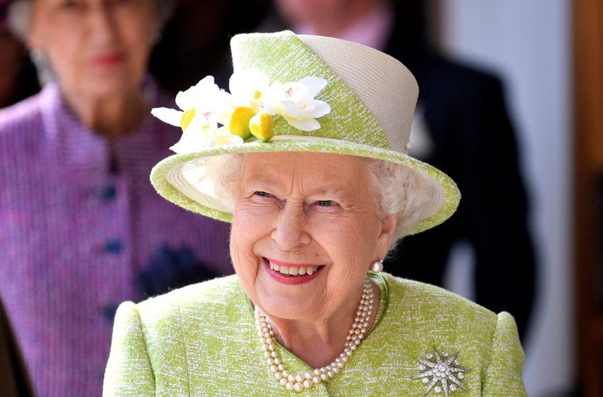 Η Βασίλισσα Ελισάβετ κάνει τραμπάλα, παίζει με ένα καρότσι και χορεύει σε ένα γιοτ (vid)