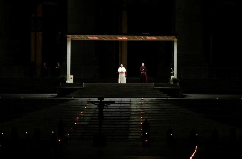 Συγκλονιστικές εικόνες από το άδειο Βατικανό τη Μεγάλη Παρασκευή