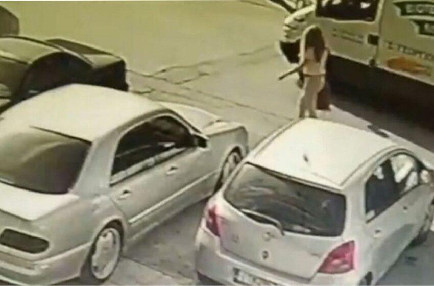 Επίθεση με βιτριόλι: Κάμερα κατέγραψε τη δράστη να φτάνει στο σημείο
