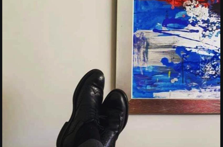 Δημόσια απολογία Κουμουτσάκου για τη φωτογραφία με τα πόδια πάνω στο γραφείο