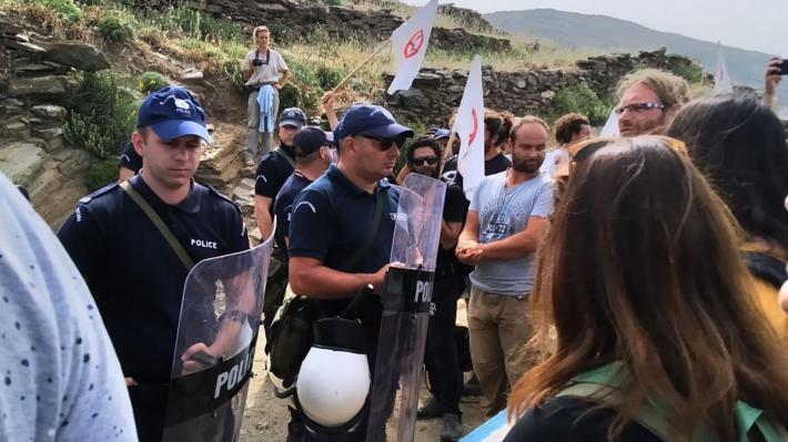 ΜΑΤ κατά κατοίκων της Τήνου που διαμαρτύρονται για τις ανεμογεννήτριες (εικόνες)