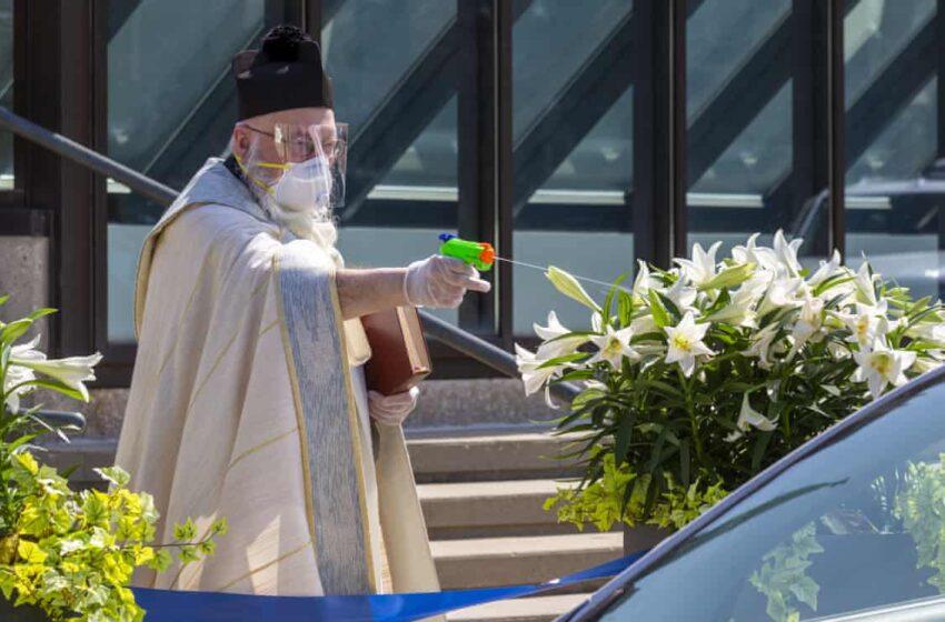 Viral ο ιερέας στο Ντιτρόϊτ που ψεκάζει με αγιασμό ανθρώπους και αυτοκίνητα ως μέτρο κατά του κοροναϊού