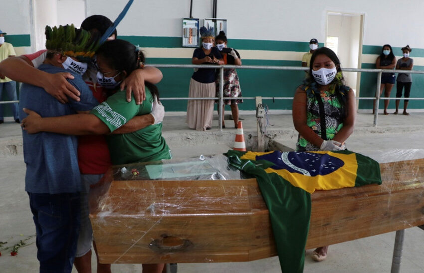 Μια «ανάσα» από τους 500.000 θανάτους από την πανδημία η Βραζιλία