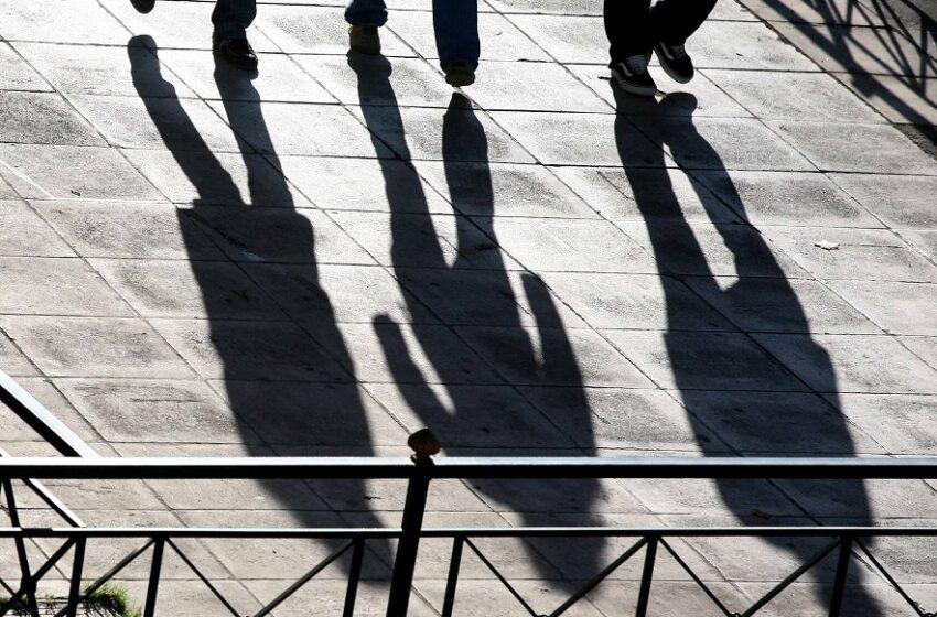 Αγορά εργασίας: Ντόμινο εξελίξεων με απολύσεις και μειώσεις μισθών που φθάνουν έως το… δημόσιο