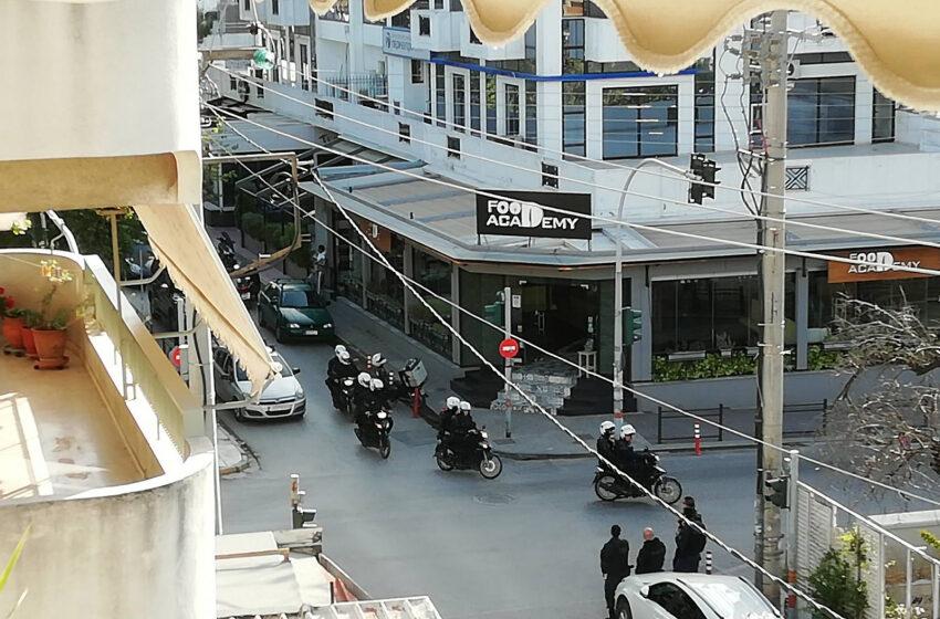 Σε αστυνομική καραντίνα η Αγία Παρασκευή – ΜΑΤ απέκλεισαν την πλατεία