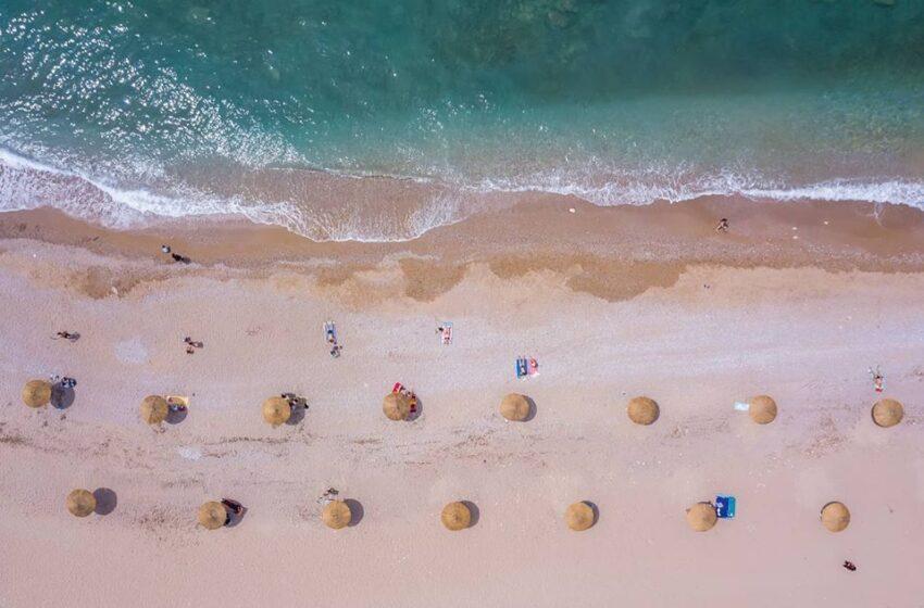 Πανέμορφη ακόμα κι έτσι: Πώς θα υποδεχθεί τους λουόμενους η παραλία Γλυφάδας (εικόνες)