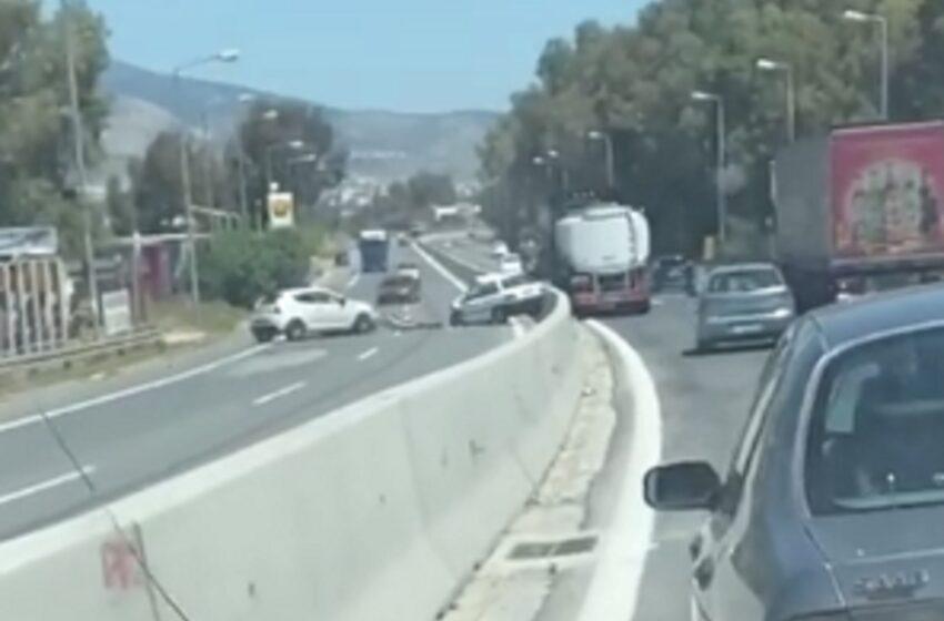 Τροχαίο σοκ στη Λεωφόρο Αθηνών  – Οδηγούσε αντίθετα στο ρεύμα (vid)