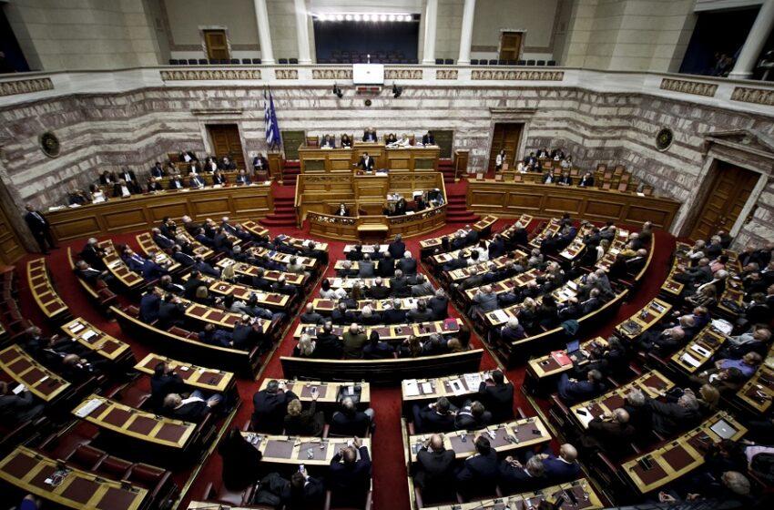 """""""Μετωπική"""" σύσσωμης της αντιπολίτευσης με Τσιάρα στη Βουλή για την ανάρτηση Σκέρτσου"""