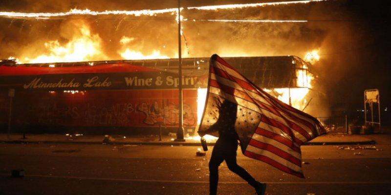"""Διαδηλωτές """"πολιόρκησαν"""" τον Λ. Οίκο- Μαίνονται οι συγκρούσεις με την Αστυνομία (vid)"""