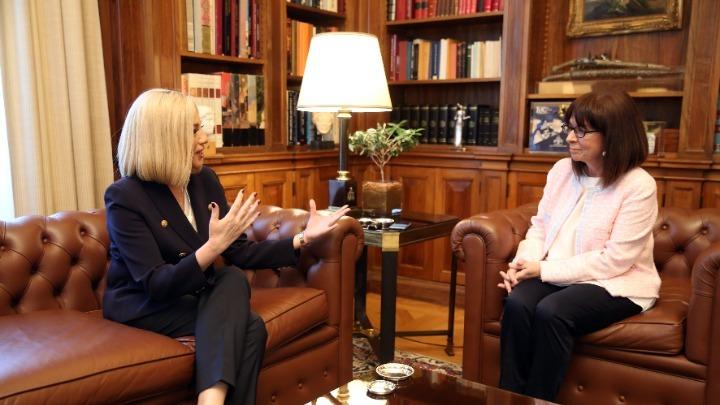 Οικονομία και εθνικά θέματα στη συνάντηση της ΠτΔ με τη Φ. Γεννηματά, στο Προεδρικό