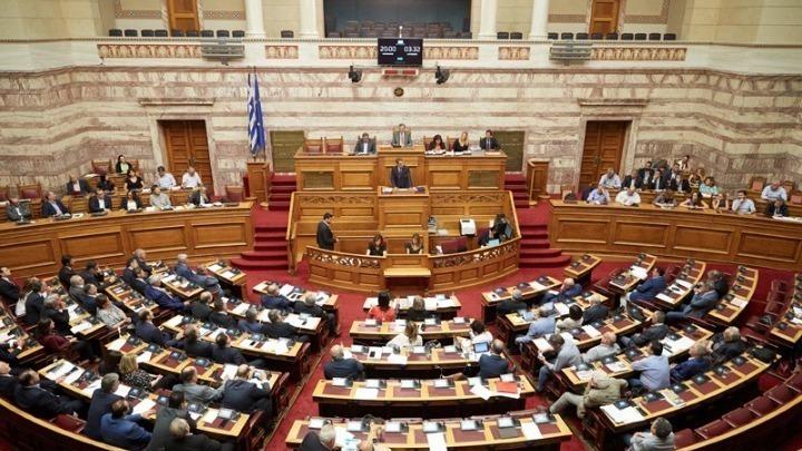 Ανέβηκαν οι τόνοι στη Βουλή με φόντο την πανδημία