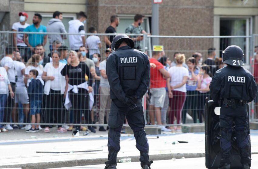 Αστυνομικοί τραυματίστηκαν σε συγκρούσεις με κατοίκους σε καραντίνα στη Γερμανία