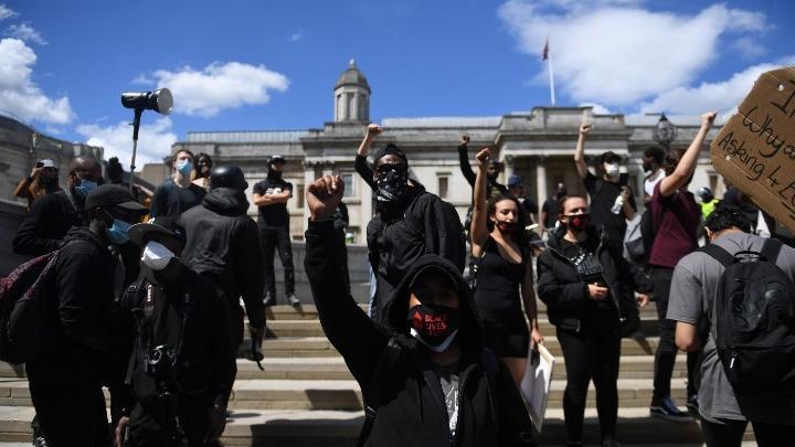 Ακροδεξιοί συγκρούστηκαν με διαδηλωτές κατά του ρατσισμού, στο Λονδίνο