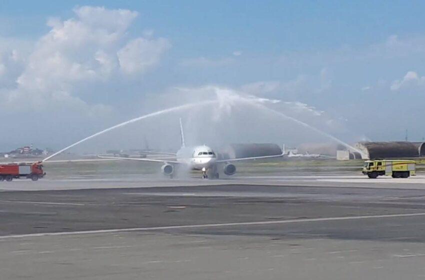 """Με """"αψίδα νερού"""" υποδέχτηκαν τους τουρίστες στο αεροδρόμιο Μακεδονία"""