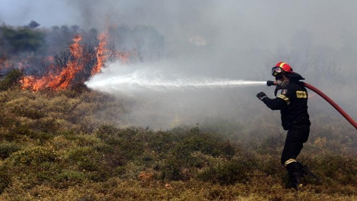 Φωτιά στο Βέλος Ευβοίας κοντά σε κατοικημένη περιοχή