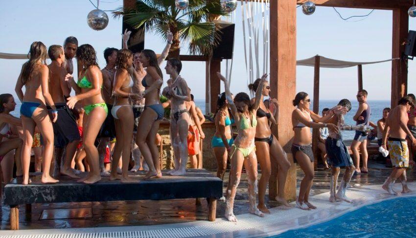 """Προβληματίζει η """"αναρχία του συνωστισμού"""" των beach bar στη Μύκονο και αλλού- Που μπήκαν λουκέτα στο νησί των ανέμων…"""