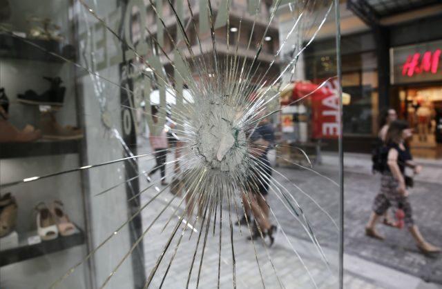 Επίθεση αγνώστων σε καταστήματα και μηχανήματα ΑΤΜ στην Ερμού