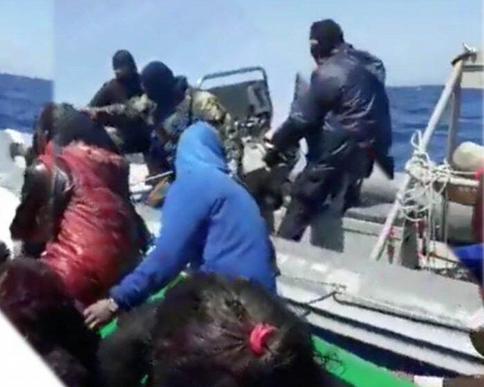 Deutsche Welle: Αυτοί είναι οι μασκοφόροι που επιτίθενται σε πρόσφυγες στο Αιγαίο (vid)