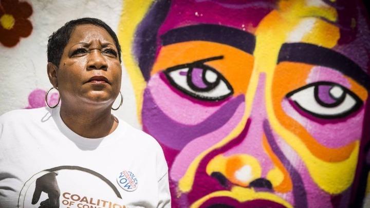 """""""Ένιωσα ξανά το θάνατο του γιου μου"""" – Η μητέρα 19χρονου δολοφονημένου από την αστυνομία μιλάει για τον Φλόιντ"""
