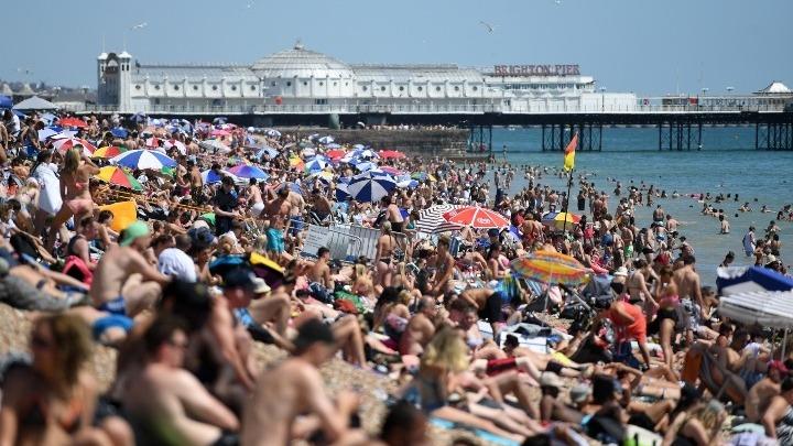 Γέμισαν τις παραλίες οι Βρετανοί – Έτρεχε… να τους μαζέψει η αστυνομία