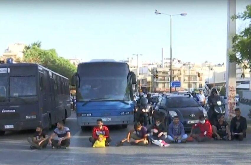 ΜΑΤ στην Κατεχάκη – Έκλεισε ο δρόμος λόγω του πλήθους στην Υπηρεσία Ασύλου