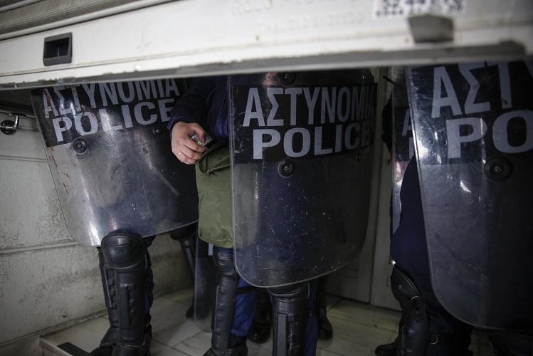Τραυματίστηκε ο πρόεδρος της ΠΟΕΔΗΝ σε συγκρούσεις με τα ΜΑΤ (εικόνες)