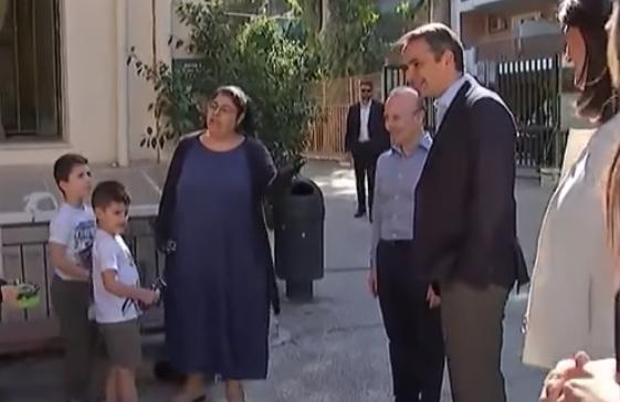 Επική αντίδραση πιτσιρικά στην επίσκεψη του Κυρ. Μητοστάκη στο δημοτικό σχολείο Καλλιθέας (vid)