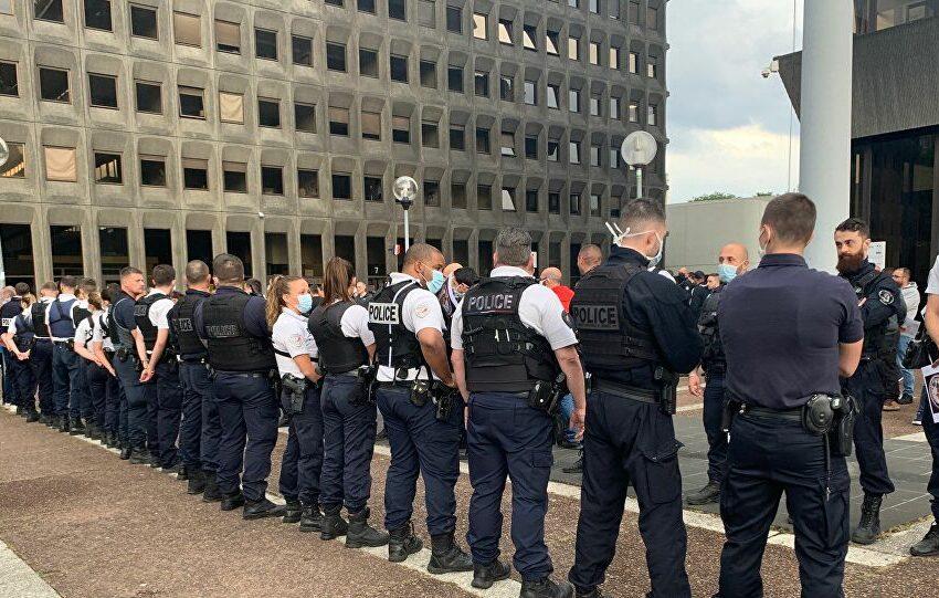 Διαμαρτύρονται οι αστυνομικοί στη Γαλλία για την απαγόρευση ακινητοποίησης με λαβή στον λαιμό