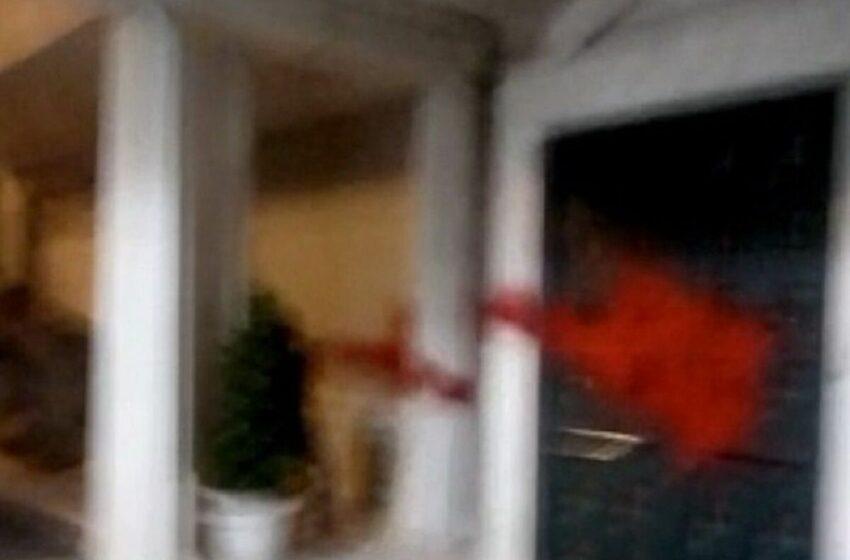 Μέλη του Ρουβίκωνα έριξαν μπογιές στον όμιλο Κοπελούζου (vid)