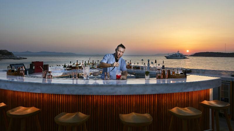 Με μουσική και ποτό στις παραλίες- Άνοιξαν και οι εσωτερικοί χώροι εστίασης