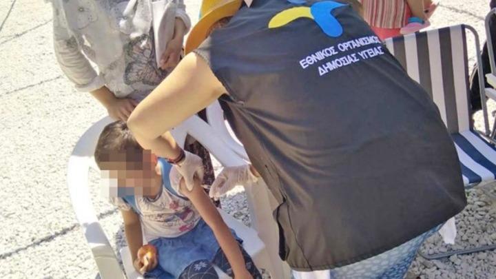 ΕΟΔΥ: Ολοκληρώθηκε η α' φάση εμβολιασμoύ στον παιδικό πληθυσμό προσφύγων/μεταναστών στη Μόρια