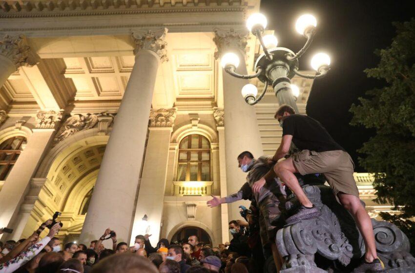Βελιγράδι: Αποσύρθηκε η απόφαση για lockdown μετά την εισβολή στο Κοινοβούλιο και τις διαδηλώσεις
